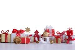 Bożenarodzeniowi mali prezentów pudełka i Bożenarodzeniowe dekoracje Zdjęcia Royalty Free