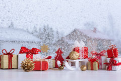 Bożenarodzeniowi mali prezentów pudełka i Bożenarodzeniowe dekoracje Fotografia Stock