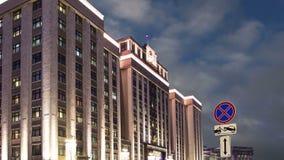 Bożenarodzeniowi nowy rok wakacje iluminacja i budynek stan duma Federacyjny zgromadzenie federacja rosyjska przy nocą, zdjęcie wideo