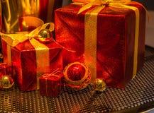 Bożenarodzeniowi ornamenty, Szczęśliwi Wesoło boże narodzenia obraz royalty free