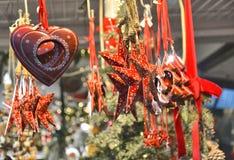 Bożenarodzeniowi piękni obwieszenie ornamenty na boże narodzenie rynku zdjęcia royalty free