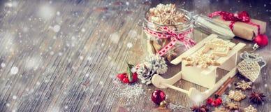 Bożenarodzeniowi piernikowi ciastka, świąteczna wieśniaka stołu dekoracja Zdjęcia Stock