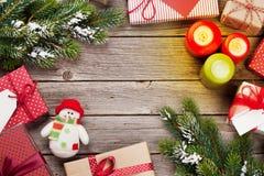 Bożenarodzeniowi prezentów pudełka, świeczki na drewnianym stole i Obraz Stock