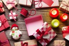 Bożenarodzeniowi prezentów pudełka, świeczki na drewnianym stole i Obrazy Royalty Free