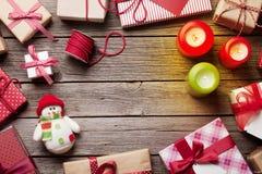 Bożenarodzeniowi prezentów pudełka, świeczki na drewnianym stole i Obrazy Stock
