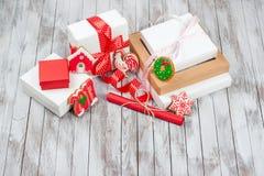 Bożenarodzeniowi prezentów pudełka nad drewnianym tłem Pojęcie 2017 nowy rok Zdjęcie Royalty Free