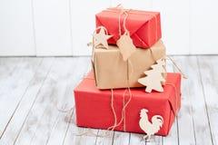 Bożenarodzeniowi prezentów pudełka nad drewnianym tłem Pojęcie 2017 nowy rok Fotografia Royalty Free
