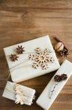 Bożenarodzeniowi prezentów pudełka w wieśniaka stylu Dekorującym z Drewnianym płatkiem śniegu i Xmas drzewem, Bieliźniany sznur,  Zdjęcia Royalty Free