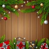 Bożenarodzeniowi prezentów pudełka z boże narodzenie piłkami i jodeł gałąź na jaskrawym drewnianym tle royalty ilustracja