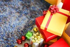 Bożenarodzeniowi prezentów pudełka z dekoracjami, Christmastime świętowanie fotografia stock