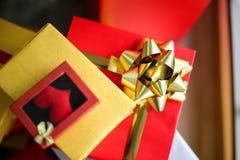 Bożenarodzeniowi prezentów pudełka z dekoracjami, Christmastime świętowanie obrazy royalty free