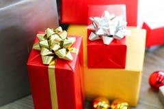 Bożenarodzeniowi prezentów pudełka z dekoracjami, Christmastime świętowanie fotografia royalty free