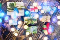 Bożenarodzeniowi prezentów pudełka z dekoracjami i jodłą obraz stock