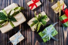 Bożenarodzeniowi prezentów pudełka z dekoracjami i jodłą obrazy royalty free
