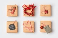 Bożenarodzeniowi prezentów pudełka z domowej roboty opakunkowymi pomysłami na widok Zdjęcie Royalty Free