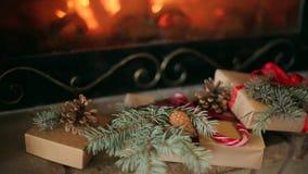 Bożenarodzeniowi prezenty dekorujący z świerkowymi gałąź, rożki, faborki nieatutowi grabą Ciepły bela ogienia palenie Boże Narodz zbiory