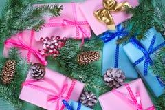 Bożenarodzeniowi prezenty i śnieżyste jedlin gałąź Obrazy Royalty Free