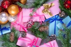 Bożenarodzeniowi prezenty i śnieżyste jedlin gałąź Fotografia Royalty Free