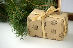 Bożenarodzeniowi prezenty i teraźniejszość - zawijający pudełko z kopii przestrzenią zdjęcia royalty free