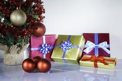 Bożenarodzeniowi prezenty III i drzewo fotografia stock