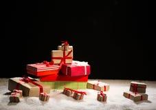 Bożenarodzeniowi prezenty na śniegu Zdjęcie Royalty Free