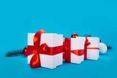Bożenarodzeniowi prezenty na błękitnym tle Zdjęcia Stock