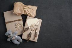 Bożenarodzeniowi prezenty na betonowym tle obrazy royalty free