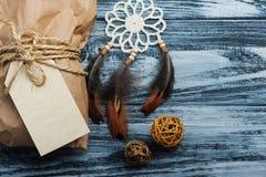 Bożenarodzeniowi prezenty na drewnianym tle zdjęcia stock