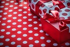 Bożenarodzeniowi prezenty na kropek świętowań czerwonym tekstylnym pojęciu Zdjęcia Royalty Free