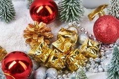 Bożenarodzeniowi prezenty w złocie pakuje blisko zabawek drzew Obrazy Stock