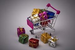 Bożenarodzeniowi prezenty w zakupy tramwaju, odizolowywającym na bielu Obrazy Stock