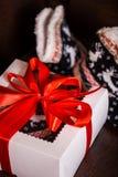 Bożenarodzeniowi prezenty z czerwonymi łęku i bożych narodzeń iluminacjami na mlecznoniebieskim tle obraz stock