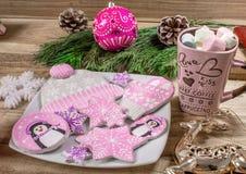 Bożenarodzeniowi przygotowania Miodownik, pingwiny, mitynki, kapelusze z asteryskami i kubek marshmallow na drewnianym tle, zdjęcie stock