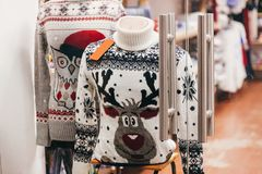 Bożenarodzeniowi pulowery z reniferem i sową w okno sklep w eu zdjęcia royalty free
