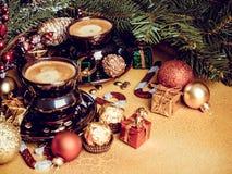 Bożenarodzeniowi składy z filiżanka kawy, piłkami, prezentami i dekoracjami, obrazy royalty free