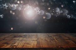 Bożenarodzeniowi symbole z bokeh i drewnianym stołem fotografia stock