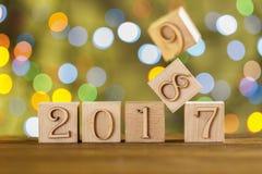 Bożenarodzeniowi sześciany szczęśliwego nowego roku, Nowy 2018 green zamazująca tło Migotań światła girlandy Obraz Royalty Free