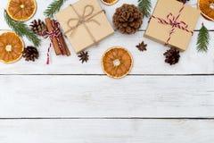 Bożenarodzeniowi tła z prezenta pudełkiem; cynamon, pomarańcze zdjęcia stock