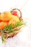 Bożenarodzeniowi tangerines w koszu na bożych narodzeniach Obrazy Royalty Free