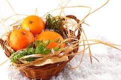 Bożenarodzeniowi tangerines w koszu na bożych narodzeniach Obraz Royalty Free