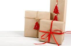 Bożenarodzeniowi wakacyjnego prezenta pudełka w zielonym papierze odizolowywającym na bielu obraz stock