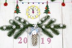Bożenarodzeniowy świąteczny biały tło z zegarem, świerczyna rozgałęzia się fotografia stock