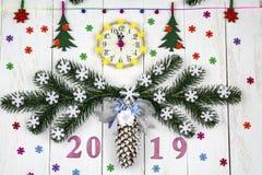 Bożenarodzeniowy świąteczny biały tło z zegarem, świerczyna rozgałęzia się Zdjęcie Stock