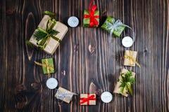Bożenarodzeniowy Świąteczny prezenta pudełko i dekoraci czerwień, złoto, zielony faborek, Copyspace, Ciemny tło, Round rama Fotografia Royalty Free