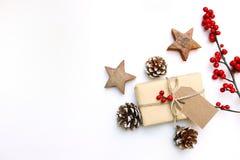 Bożenarodzeniowy świąteczny projektujący akcyjny wizerunek Kwiecisty ramowy skład z prezenta pudełkiem, rzemiosło papieru etykiet Fotografia Stock