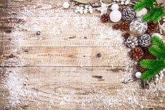 Bożenarodzeniowy świąteczny tło z pinecone piłek powitaniem Obraz Royalty Free