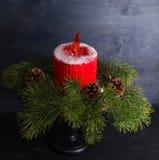 Bożenarodzeniowy świeczka tort z karmelu płomieniem dekorował z sosnowym tre zdjęcie royalty free