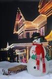 Bożenarodzeniowy bałwan Świątecznym domem Zdjęcie Royalty Free