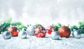 Bożenarodzeniowy balowy ornament na śnieżnym tle Dla Bożych Narodzeń obraz royalty free