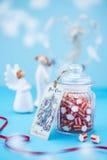 Bożenarodzeniowy cukierek na błękitnym tle zdjęcie stock